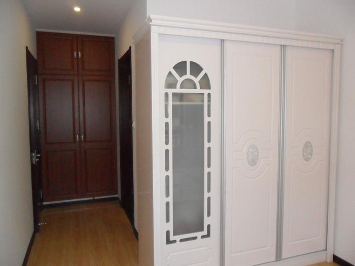 主卧衣柜及独立卫生间